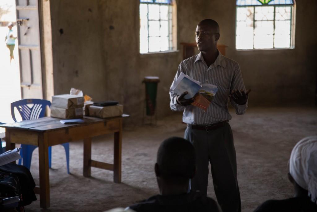 Pastor Lawrence Okuta gir undervisning til deltakere på et Good Samaritan-kurs.