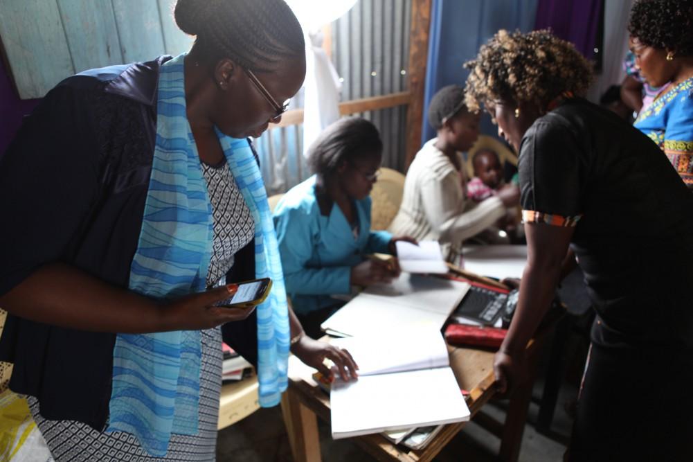 Prosjektkoordinator Margaret Mbugua inspiserer bokføringsjournalen i Isinya